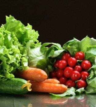 Juventud, salud y belleza tomando verduras