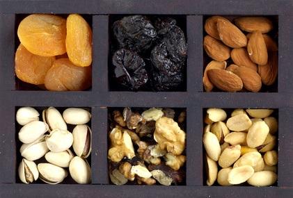 Frutos secos en caja de madera